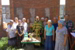 Община собралась на молебен на стройплощадке