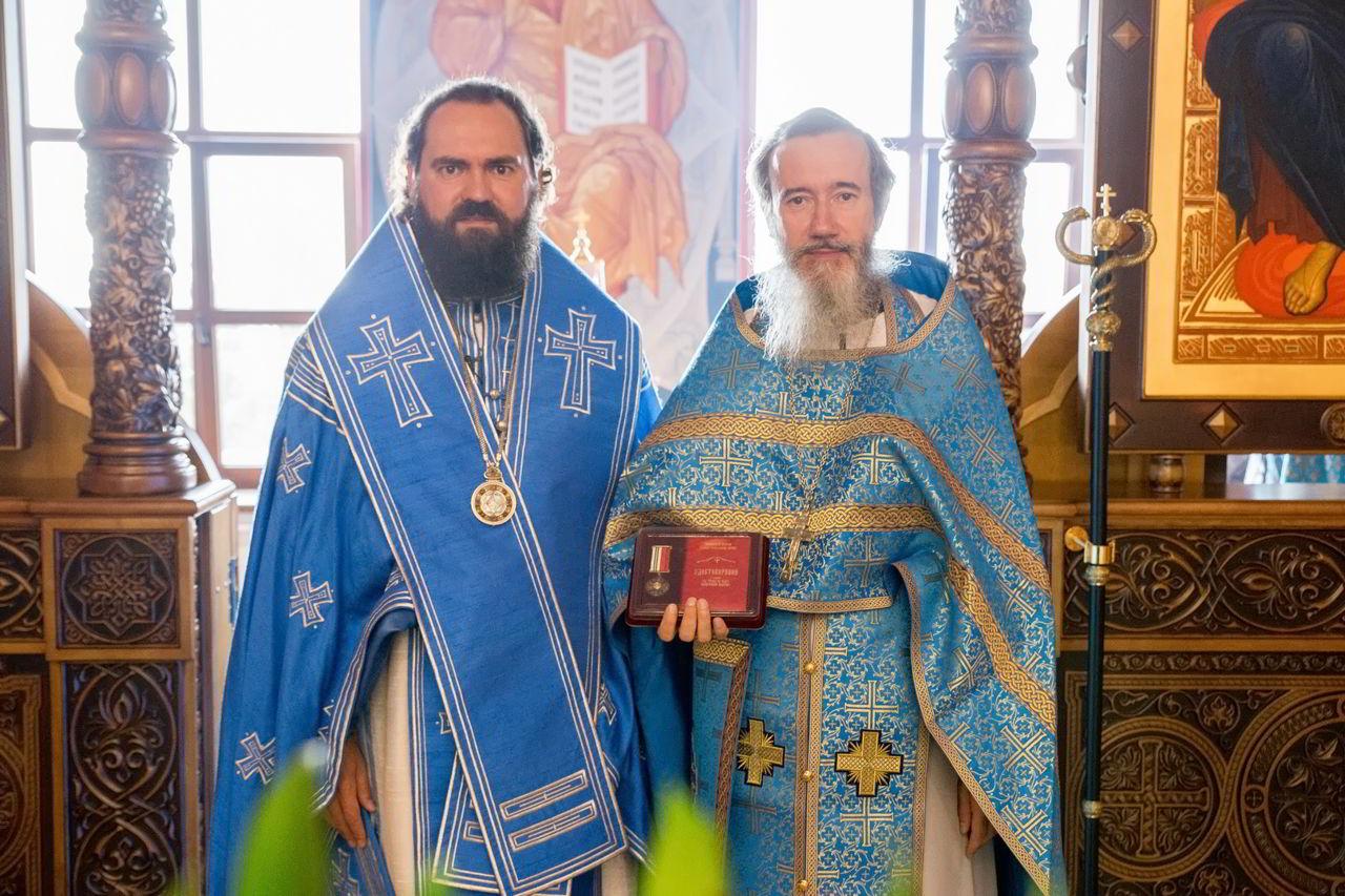 Архиепископ Феофилакт поздравил священника с пятидесятилетием