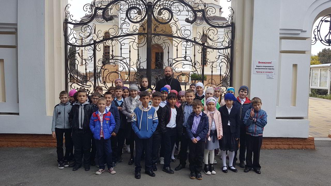 Священник провёл экскурсию по храму для четвероклассников